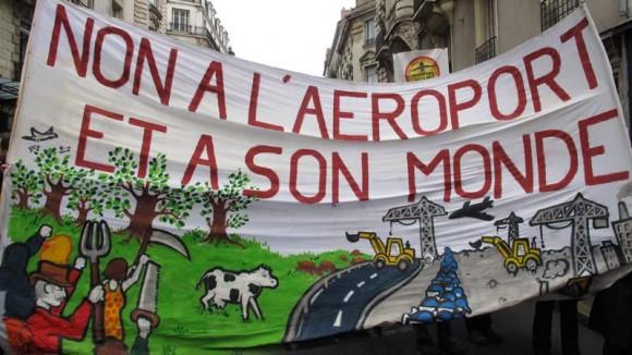 Sur cette photo de banderole on voit très bien pour quelle raison les gens étaient là. En bas à gauche, Manuel Valls a remarqué que l'on apercevait un fragment de farmers black bloc.