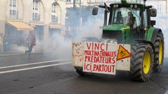 """Autre mouvement extrémiste que Mr Valls ne connait pas encore : le """"Green bloc"""". De quoi s'y perdre avec toutes ces couleurs. A moins que, comme le dit Sainte Marine, Valls ne soit tout simplement complice... Mais sait-il seulement conduire un tracteur ?"""