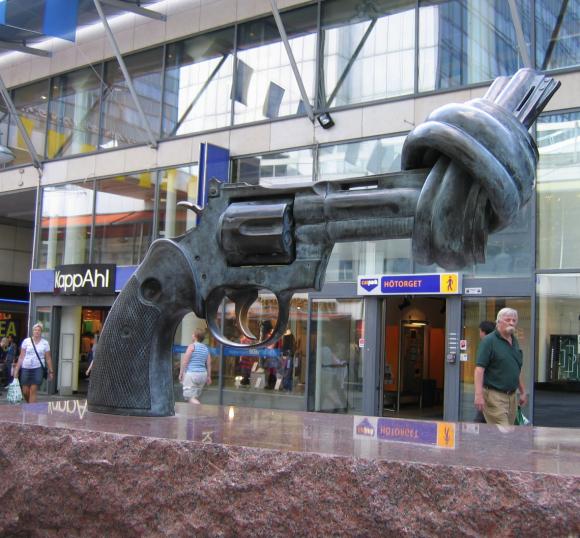 """""""Le revolver noué"""" œuvre d'art de Carl Frederik Reuterswärd - photo envoyée par Lavande pour compléter ce """"brig à glog""""."""
