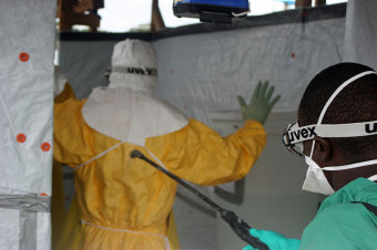Decontaminating_CDC_staff